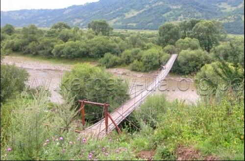 Национальный парк «Сколевские Бескиды» подвесной мост через ручей.
